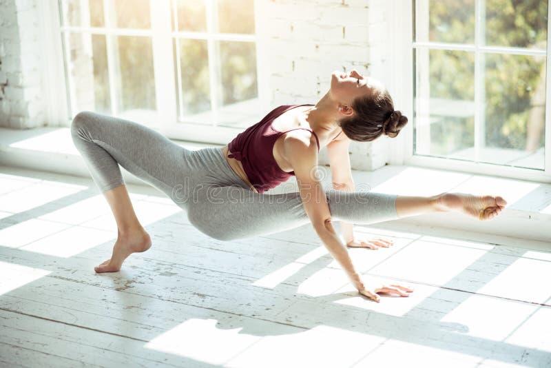 Flexibles Mädchen, das eine Yogalage macht stockfoto