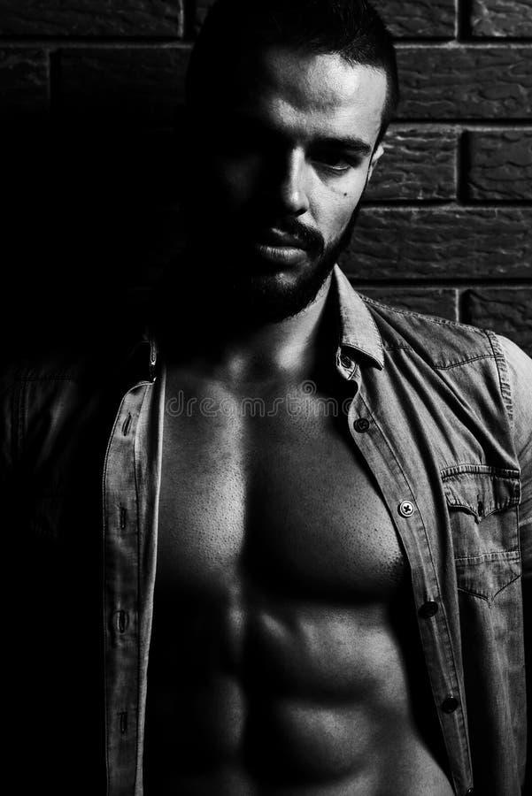 Flexing Muscles modelo na camisa de manta fotografia de stock royalty free