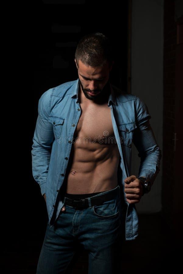 Flexing Muscles modelo na camisa de manta fotografia de stock