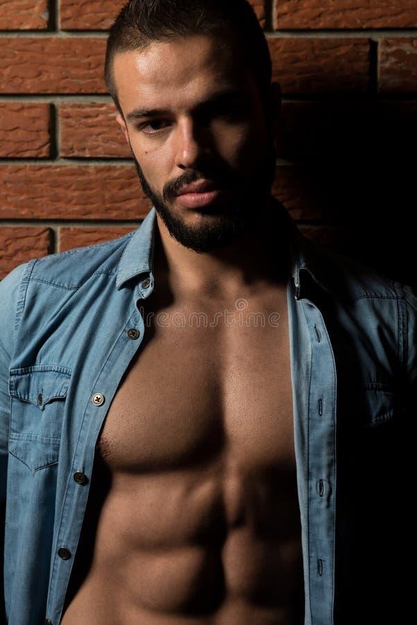 Flexing Muscles modelo na camisa de manta fotos de stock royalty free