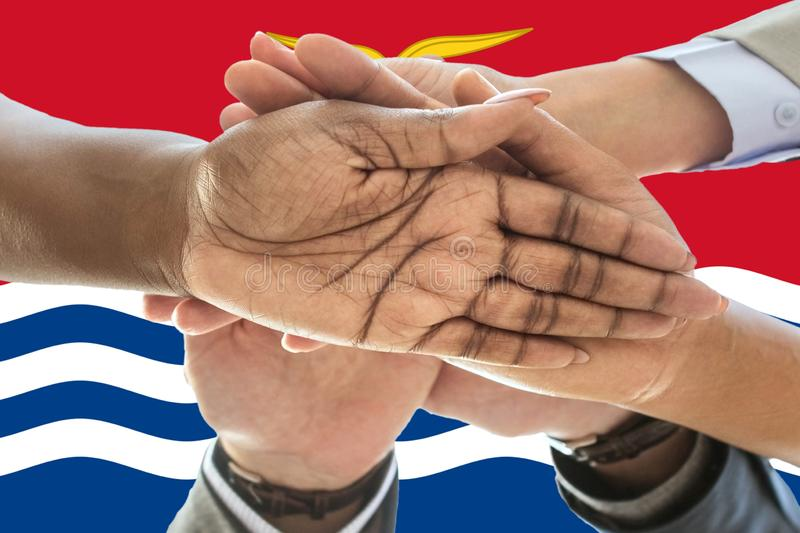 FlFlag de Kiribati, integración de un grupo multicultural de gente joven imagenes de archivo