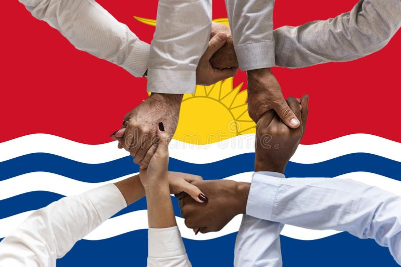 FlFlag de Kiribati, integraci?n de un grupo multicultural de gente joven fotografía de archivo