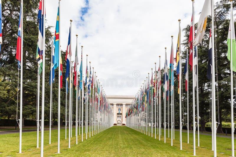 Flgs nationaux à l'entrée dans le bureau de l'ONU à Genève images stock