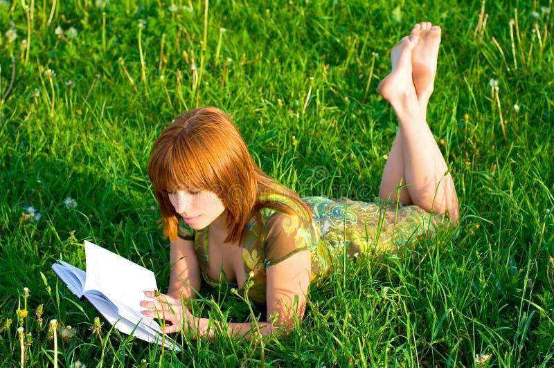 flickaängavläsning arkivbild