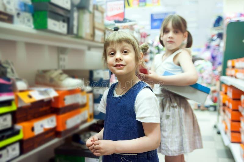 Flicka 5 år gamla väljande sommarskor arkivbild