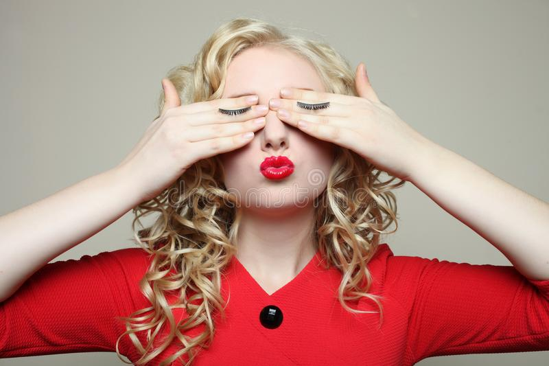 Flicka ögonfransförlängning arkivbild