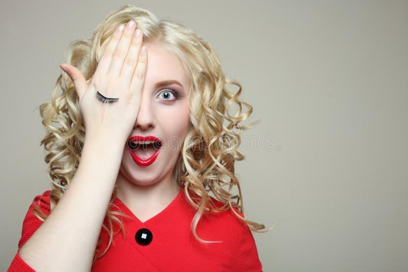Flicka ögonfransförlängning arkivfoton