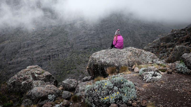 Flicka över klippan i berg, frihetsbegrepp royaltyfri foto