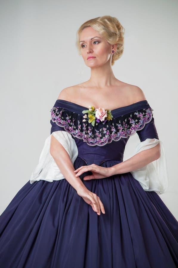Flicka av den romantiska eran i en aftonkappa Härlig retro stilflicka royaltyfri foto