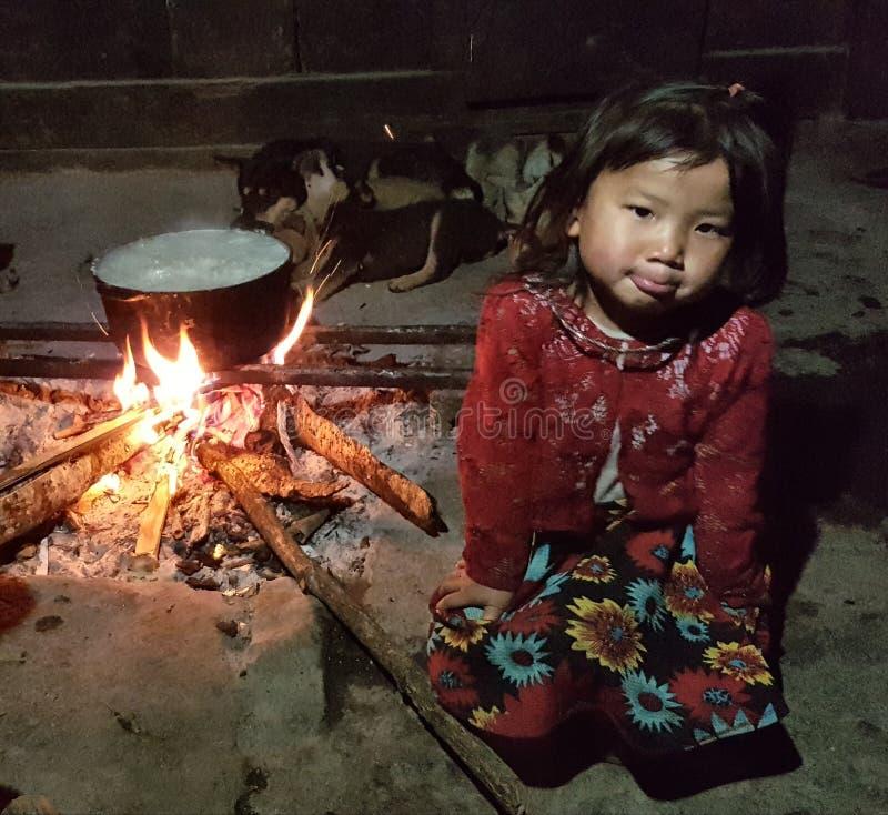 Flicka av den svarta Hmong stammen i Vietnam royaltyfri bild