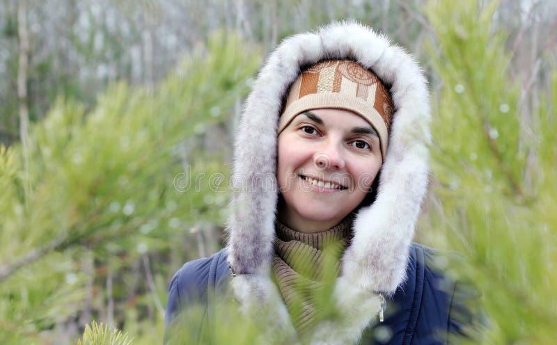 Flicka bland träden fotografering för bildbyråer