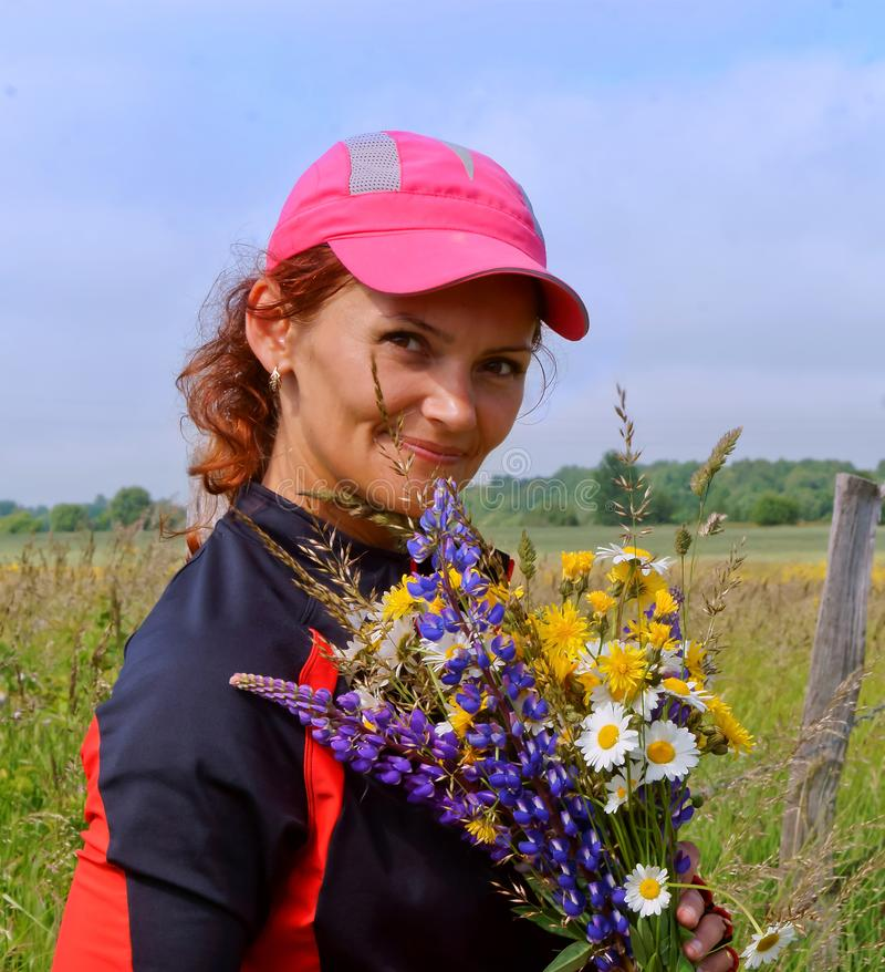 Flicka blommor, fält, lupine, kamomill, guling, vit, lila, lock royaltyfria foton