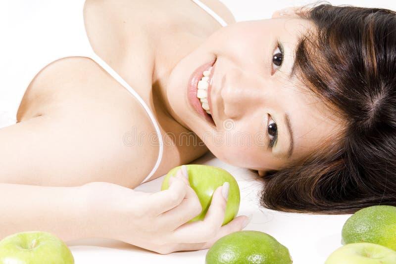 flicka för 2 frukt arkivbild