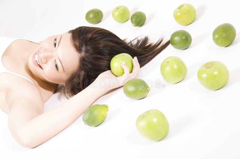 flicka för 8 frukt royaltyfri fotografi