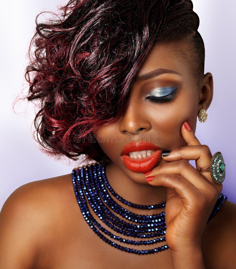 Flicka för afrikansk amerikanmodeskönhet arkivfoton