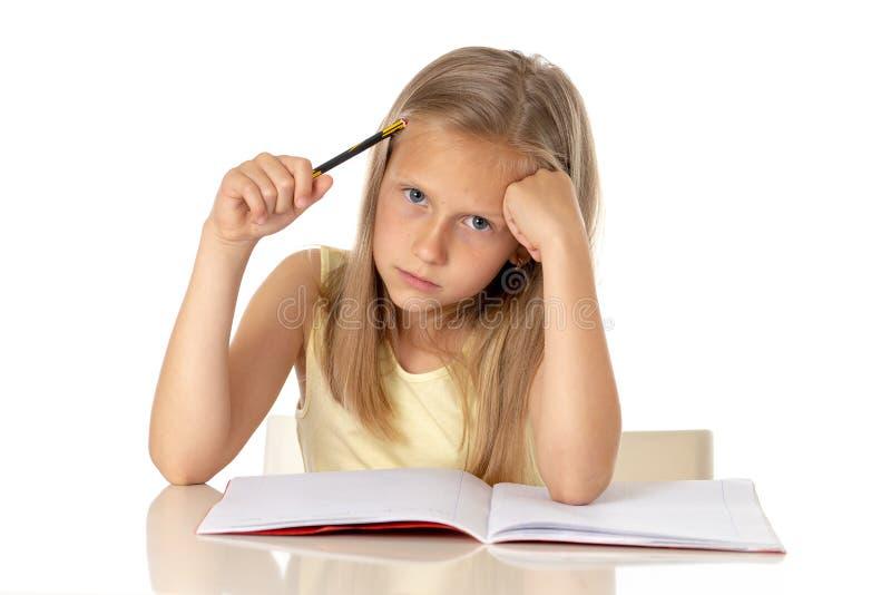 Flicka för barnskolastudent som ser olycklig och trött i utbildningsbegrepp arkivfoto