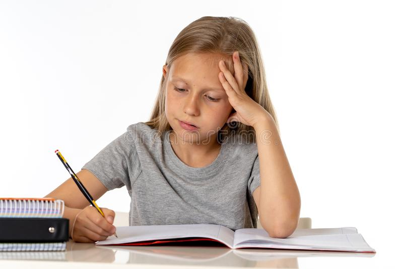 Flicka för barnskolastudent som ser olycklig och trött i utbildningsbegrepp royaltyfria foton