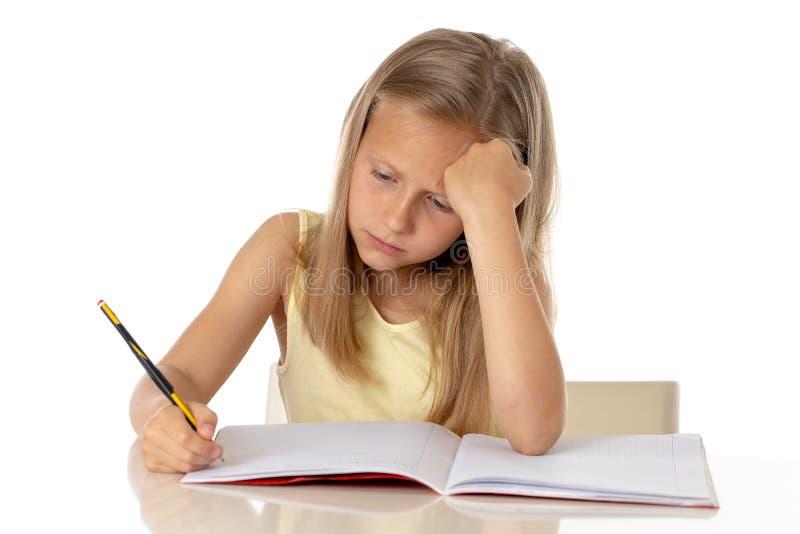 Flicka för barnskolastudent som ser olycklig och trött i utbildningsbegrepp arkivbild