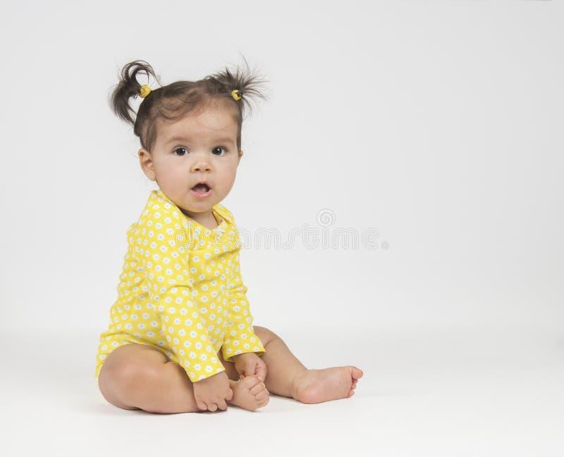 Flicka för blandat lopp i gul onesie royaltyfri bild