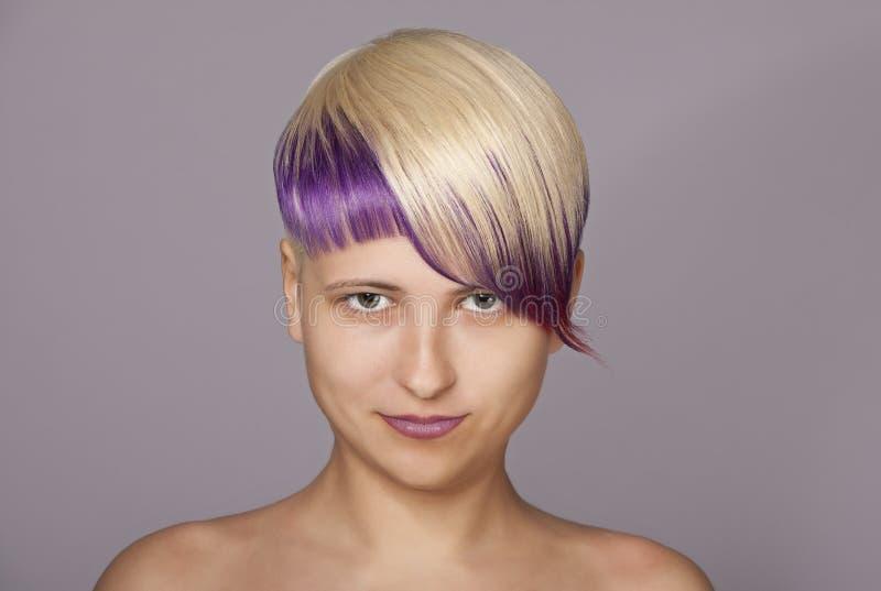 Flicka för blont hår med violett målarfärg härlig kvinna fotografering för bildbyråer