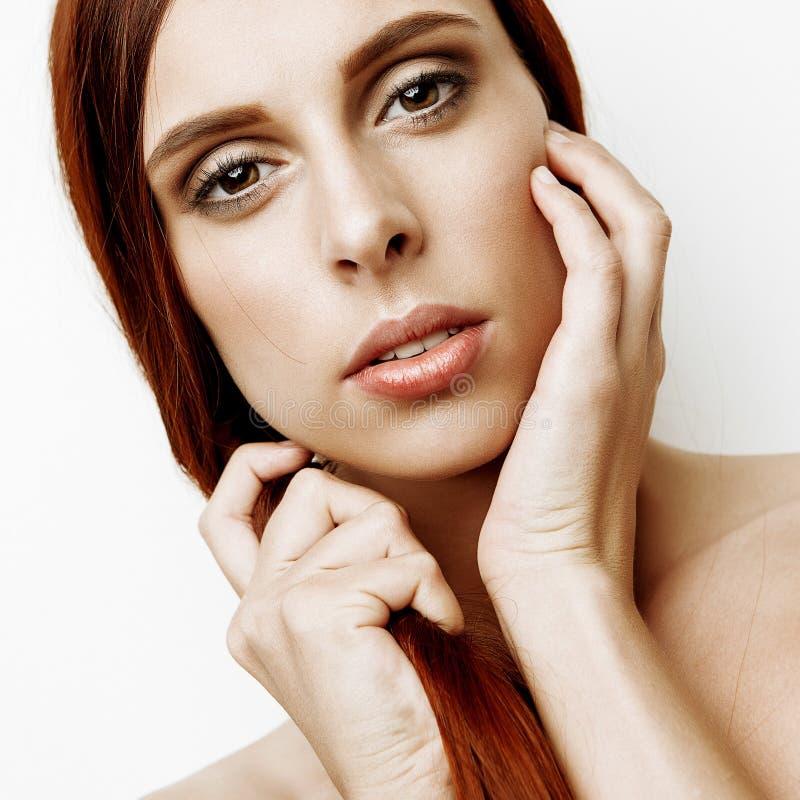 Flicka för brunett för skönhetstående gullig royaltyfria foton
