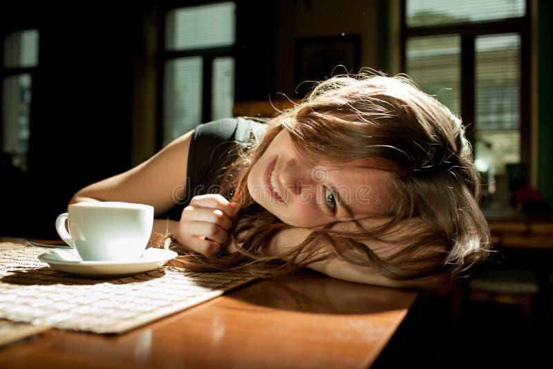 flicka för cafekaffekopp royaltyfri bild