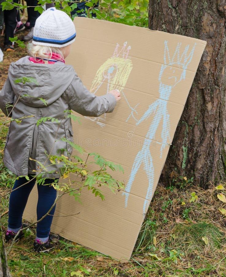 flicka för crayonsteckning little fotografering för bildbyråer
