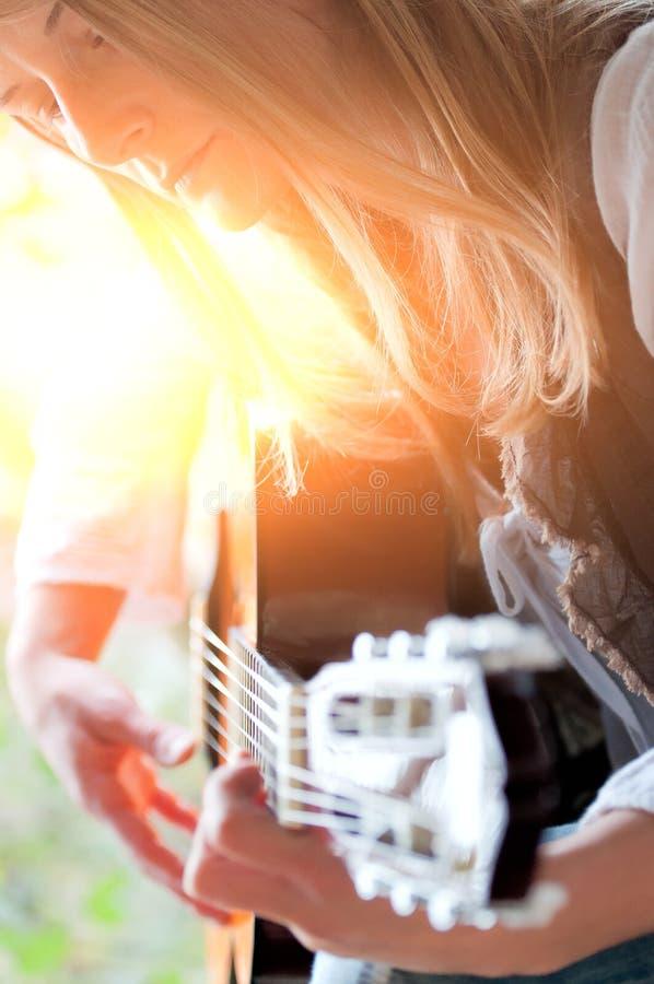 flicka för folk sångare fotografering för bildbyråer