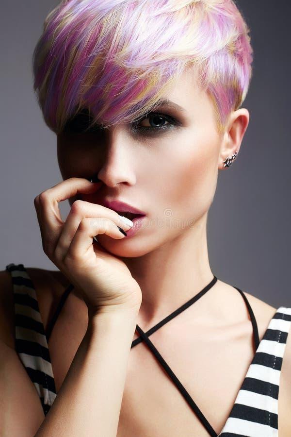 Flicka för kort hår Färgrikt färgat hår royaltyfri bild