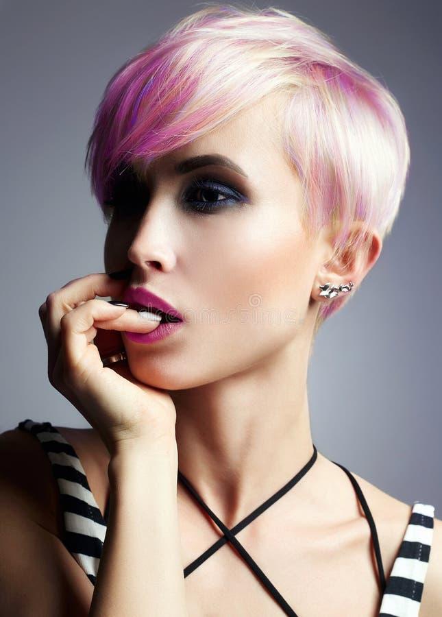 Flicka för kort hår Färgrikt färgat hår royaltyfria foton