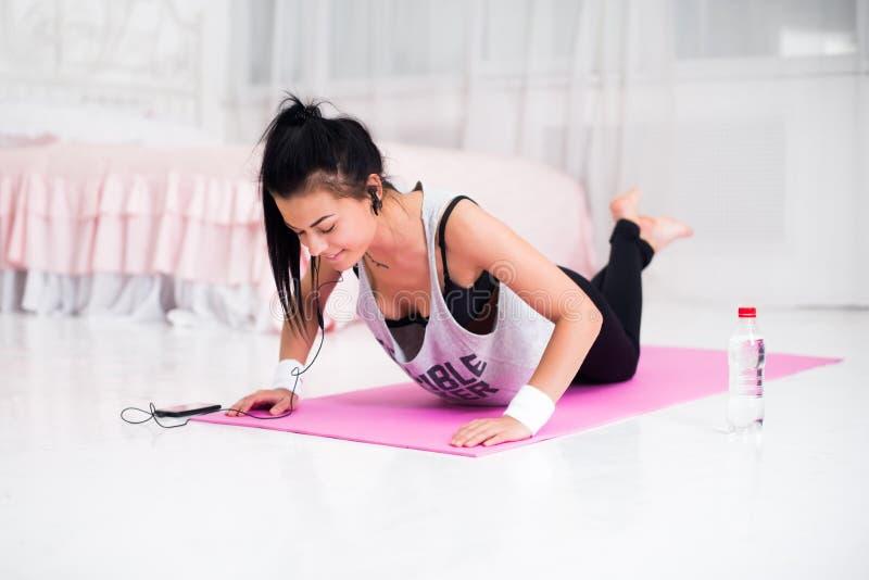 Flicka för modell för sport för kvinna för konditionidrottsman nen sportive royaltyfria foton