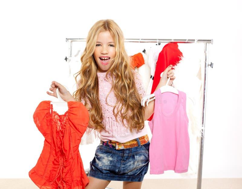 Flicka för modeofferunge på den i kulisserna garderoben arkivbilder