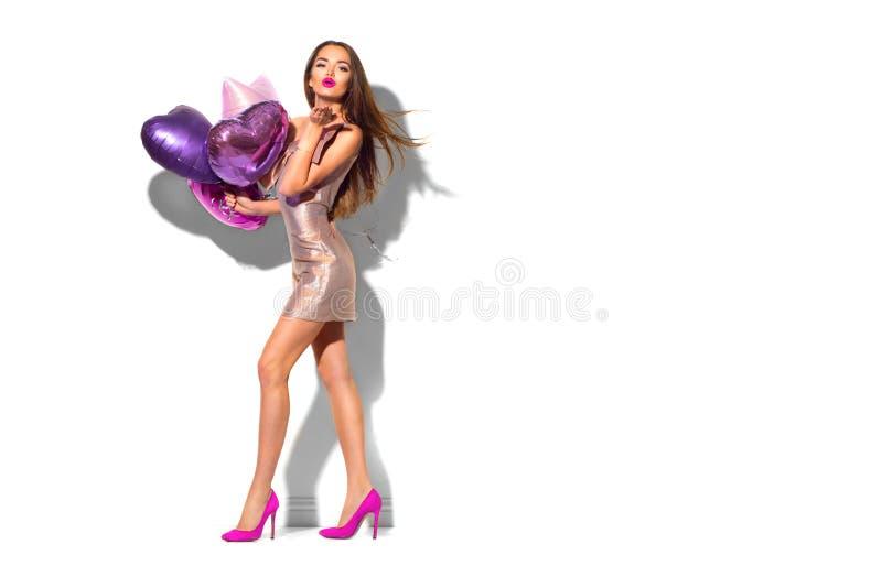 Flicka för parti för skönhetmodemodell med hjärta format posera för luftballonger Härlig ung brunett royaltyfria bilder