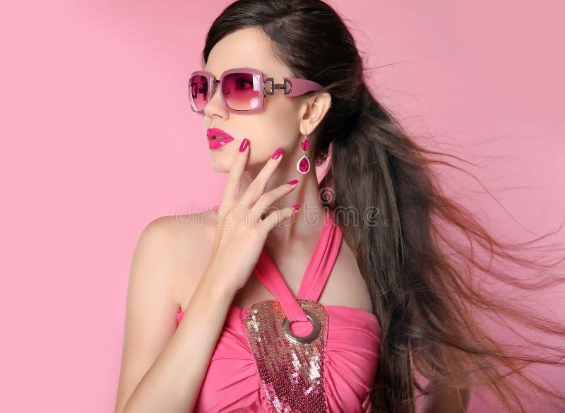 Flicka för skönhetmodemodell i solglasögon med ljus makeup, länge royaltyfria foton