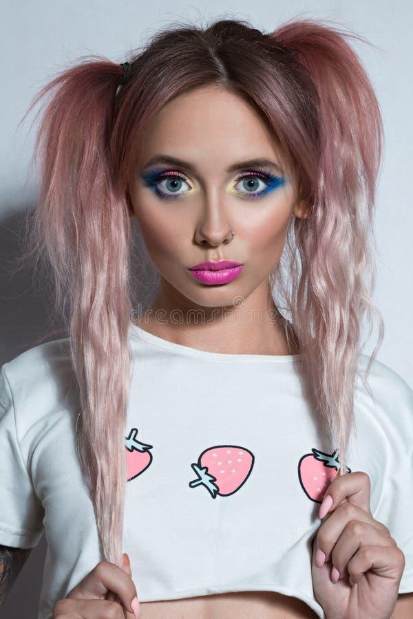 Flicka för skönhetmodemodell med hästsvansfrisyren för två rosa färger royaltyfria foton