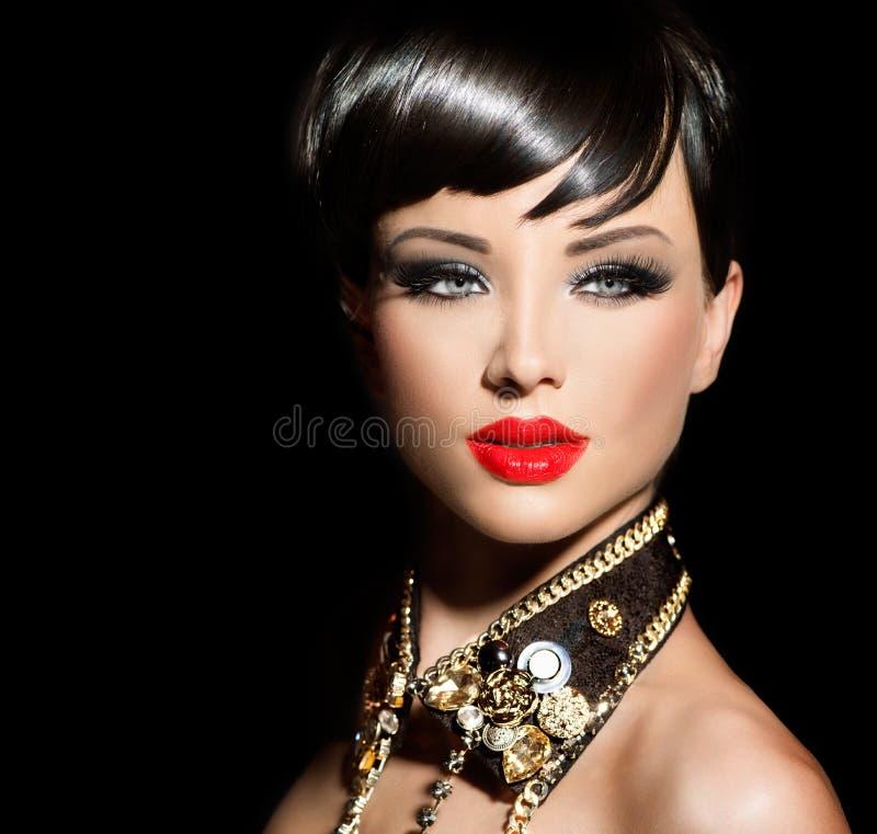Flicka för skönhetmodemodell med kort hår arkivfoto