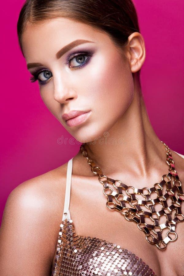Flicka för skönhetmodemodell med ljus makeup, länge royaltyfri bild