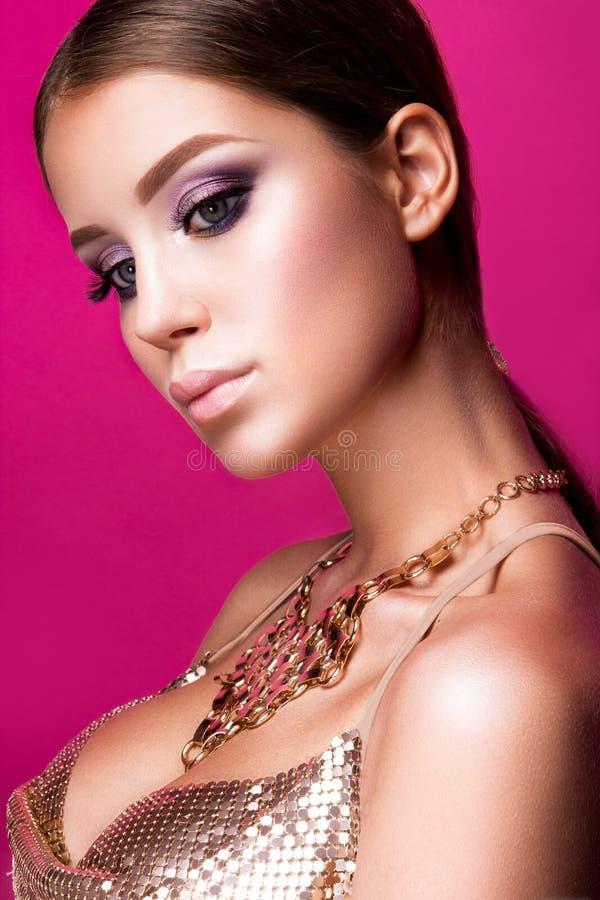 Flicka för skönhetmodemodell med ljus makeup, länge royaltyfria bilder