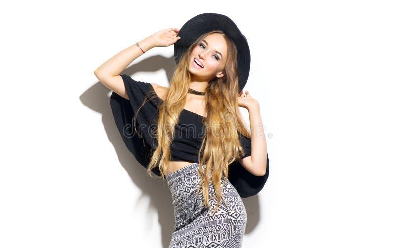 Flicka för skönhetmodemodell som bär den stilfulla hatten royaltyfria bilder