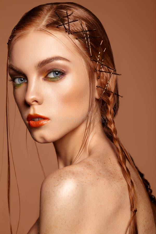 Flicka för skönhetståendeberlock med rött hår och fräknar royaltyfri bild