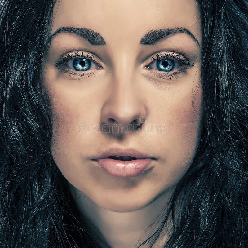 Flicka för skönhetståendebrunett med blåa ögon royaltyfri foto