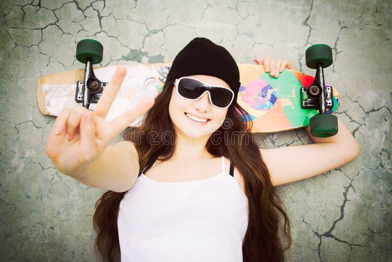 Flicka för skateboradåkare för fredtecken arkivbilder