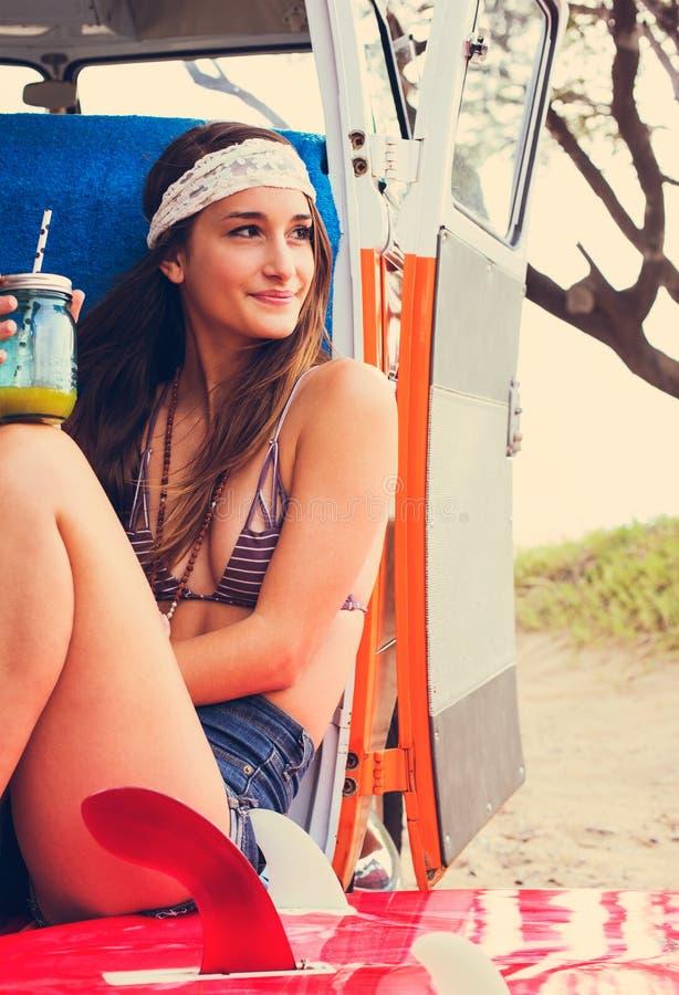 Flicka för strandlivsstilsurfare i tappningbränningskåpbil arkivbild