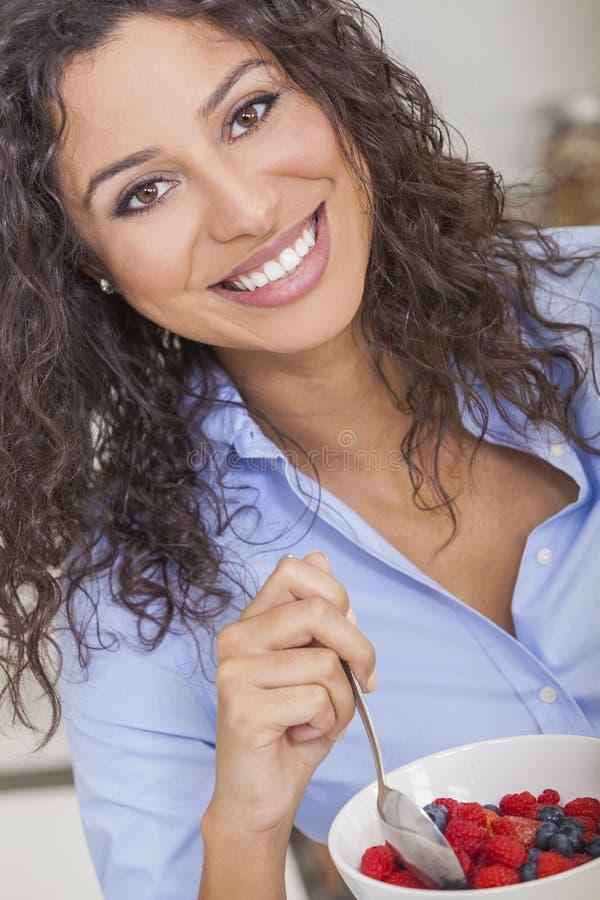 Flicka för ung kvinna som äter sund fruktsallad royaltyfri fotografi
