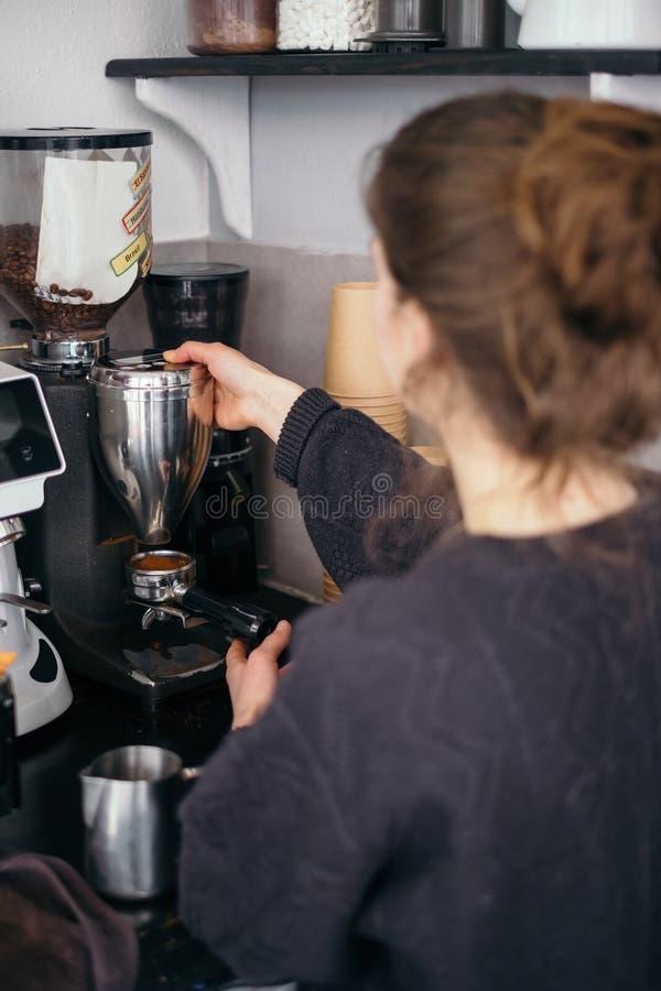 Flicka för utveckling som Z arbetar i kafé och gör kaffe fotografering för bildbyråer
