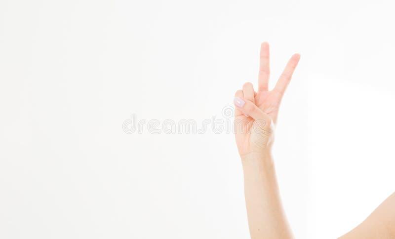 Flicka hand för kvinna` som s visar tecknet av segern eller fredcloseupen som isoleras på vit bakgrund Bekläda beskådar Åtlöje up fotografering för bildbyråer