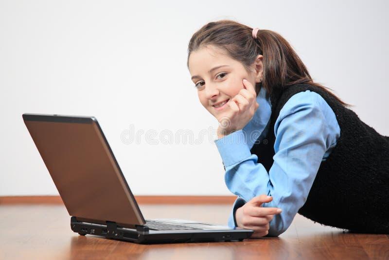 flicka henne bärbar datorskola arkivfoto
