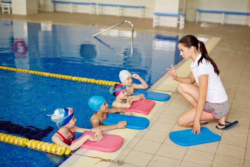 flicka henne för moderhav för kurs liten simning royaltyfri bild