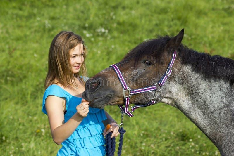 flicka henne hästbarn royaltyfri bild