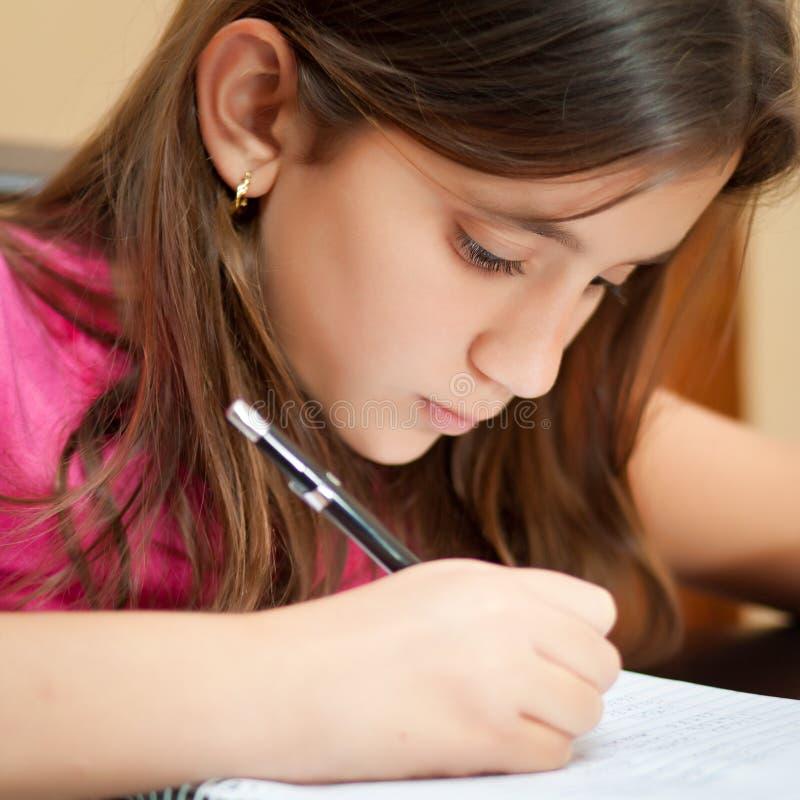 flicka henne latinamerikansk läxaworking arkivfoto